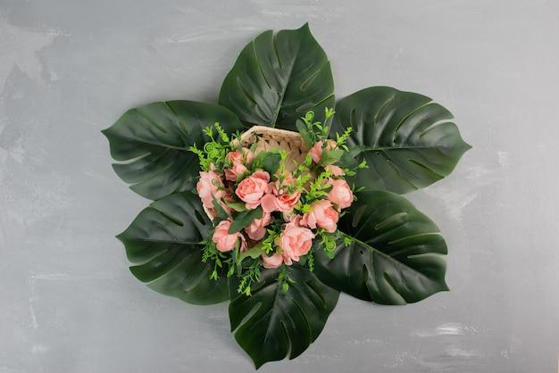 회색 표면에 핑크 장미의 아름 다운 꽃다발입니다.