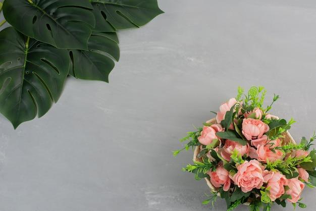 회색 테이블에 핑크 장미의 아름 다운 부케