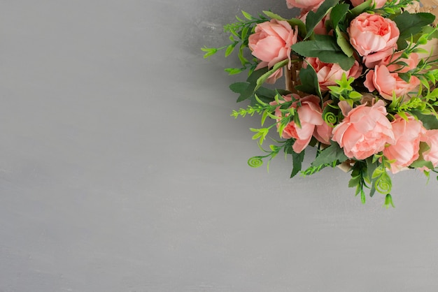 灰色のテーブルにピンクのバラの美しい花束。