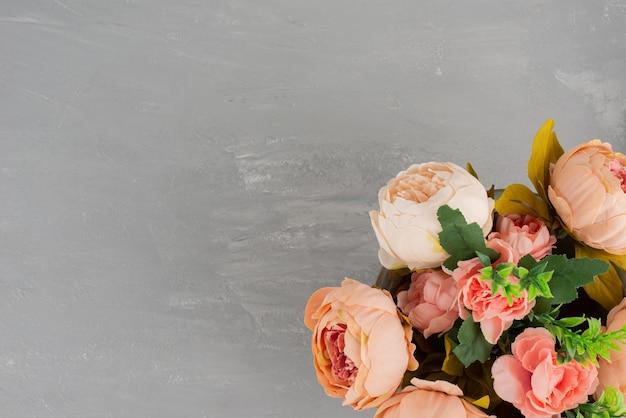 회색 테이블에 핑크 장미의 아름 다운 꽃다발입니다.