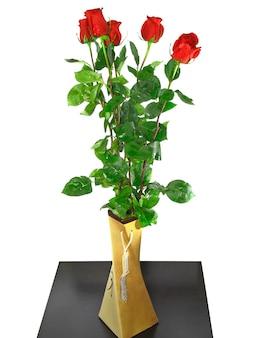 흰색 배경에 고립 된 빨간 장미의 아름 다운 꽃다발.