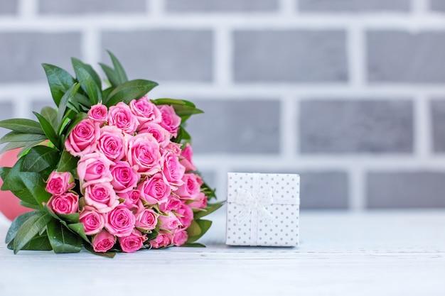 인사에 대 한 장미의 아름 다운 꽃다발입니다. 선물 상자. 컨셉 행복