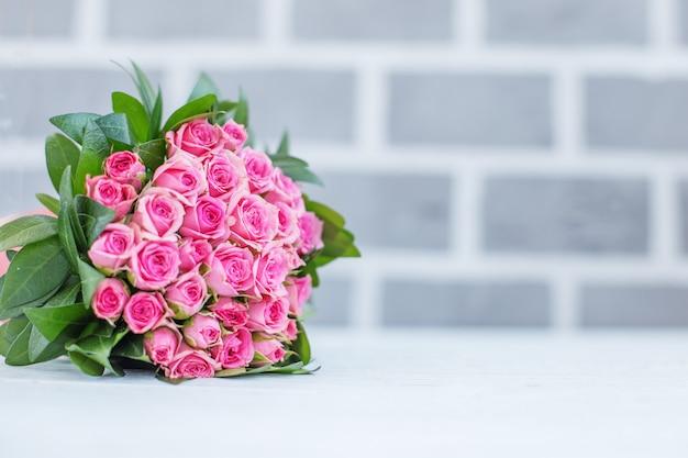 Красивый букет роз для поздравления.