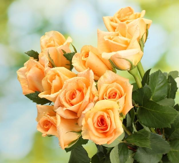 Красивый букет роз на зеленой поверхности