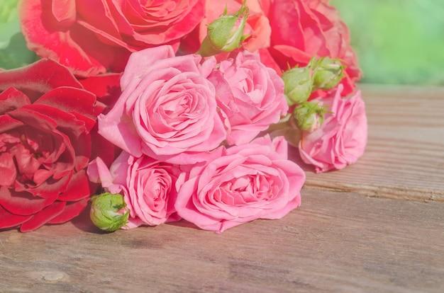 テーブルの上のバラの美しい花束