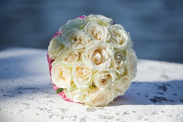 ライトベージュのバラから生まれた花嫁の美しい花束