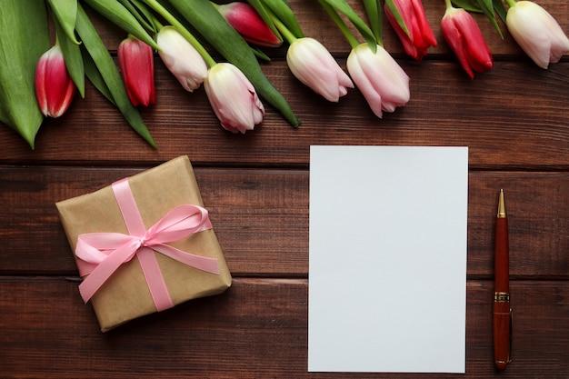 暗い木製の背景にチューリップの美しい花束