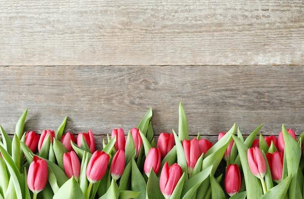 Красивый букет из тюльпанов на деревянном фоне
