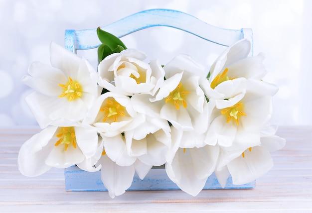 明るい空間のテーブルに白いチューリップの美しい花束
