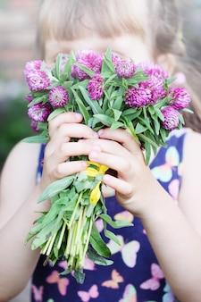 野花クローバーの美しい花束