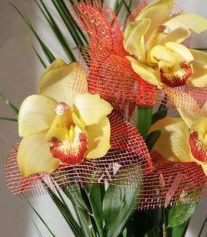 Красивый букет из желтых орхидей