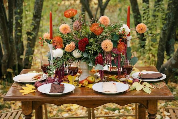 휴일 테이블에 아름 다운 꽃다발