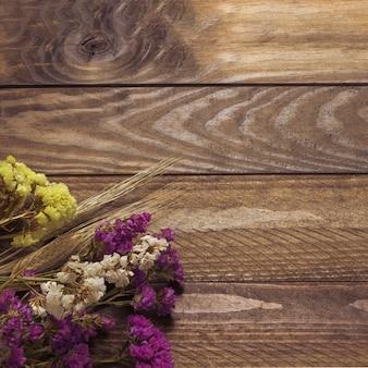テーブル上の美しい花束