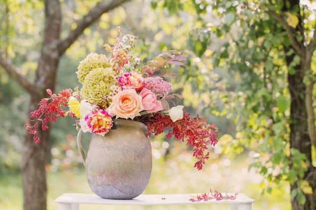 庭の木製棚に美しい花束