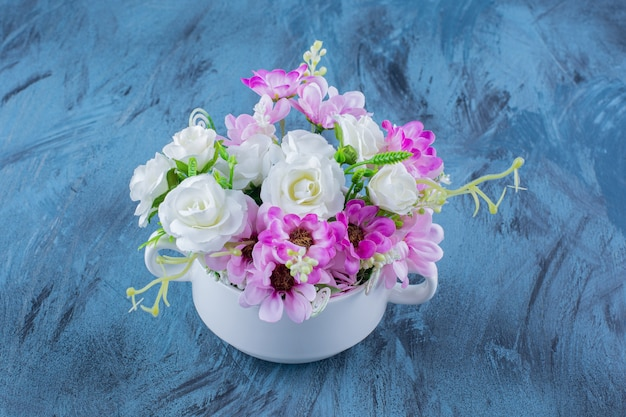 Bellissimo bouquet di vari tipi di fiori sul blu.