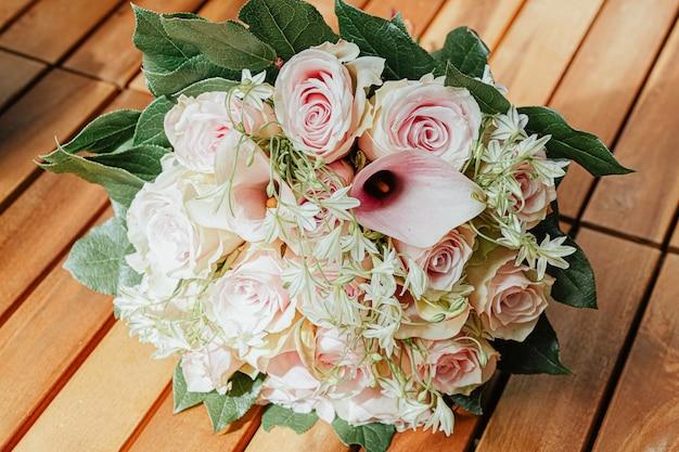 Красивый букет с розовыми розами и зелеными листьями