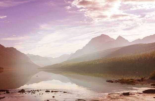 米国モンタナ州グレイシャー国立公園の壮大な山々を反映した美しいボウマン湖。