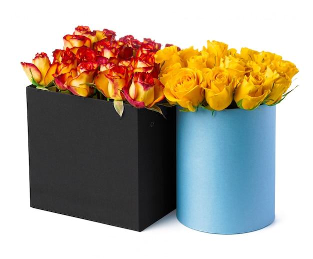 白い背景で隔離の新鮮なバラの美しいボックス