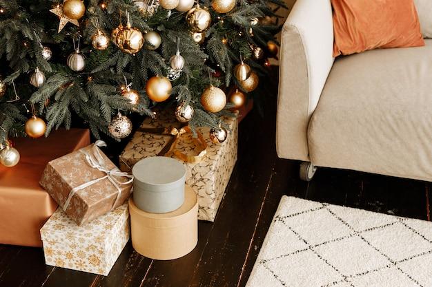 クリスマスツリーの下にギフトが入った美しい箱