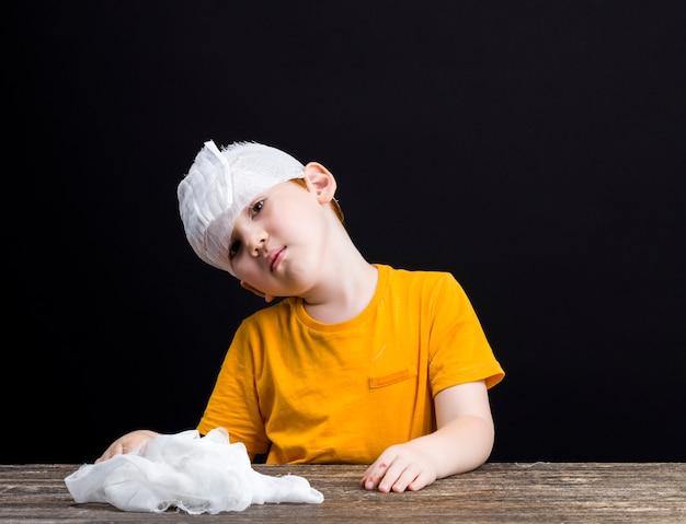 損傷した頭を持つ美しい少年