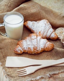 Прекрасный завтрак. молочные фрукты, хлеб и круассан.
