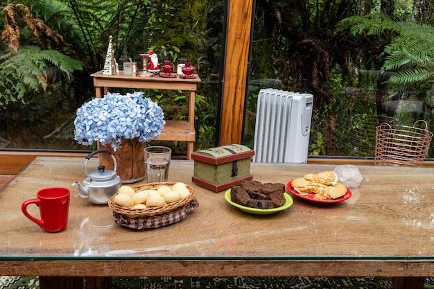 美しい朝食用テーブル暖炉の居心地の良い場所