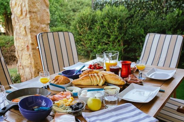 Красивые завтраки на вид сверху большой стол с видом сверху на еду стол с едой
