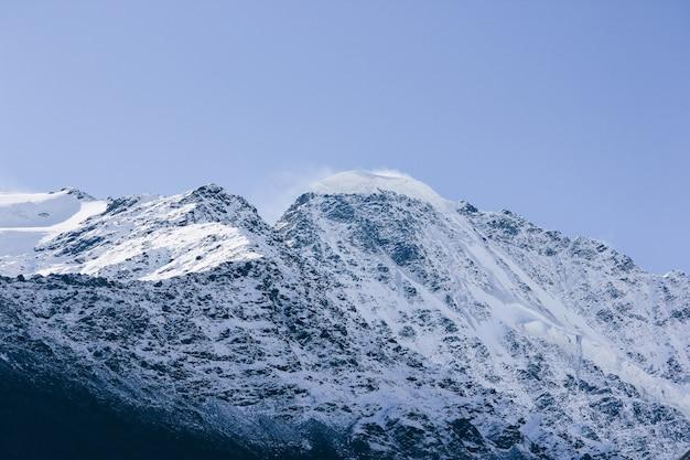Splendido scenario mozzafiato di alte montagne e colline in campagna
