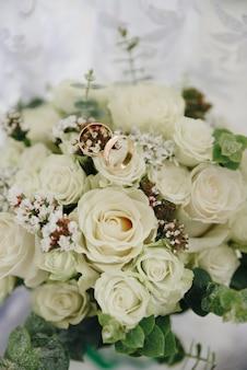 結婚式のための花の美しいブライダルブーケ
