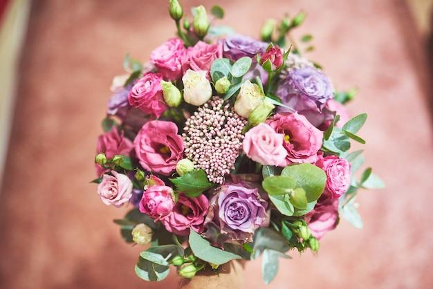 Bellissimo bouquet da sposa legato con nastri di seta e pizzo con una chiave a forma di cuore.
