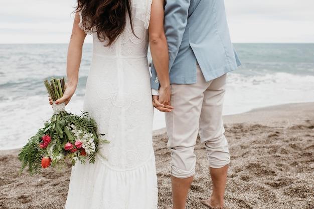 해변에서 신랑과 아름 다운 신부