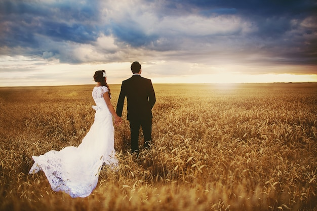 Красивая невеста и жених позирует на природе