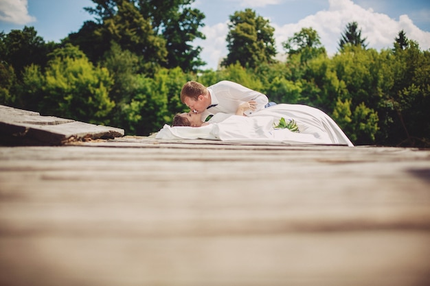 橋の上でポーズ美しい新郎新婦