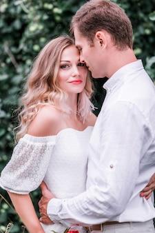 Красивая невеста и красивый жених, позирует на природе