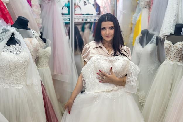 彼女の結婚式のためのドレスを選ぶ美しい花嫁