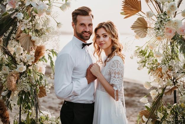 Bellissimi sposi che hanno un matrimonio sulla spiaggia