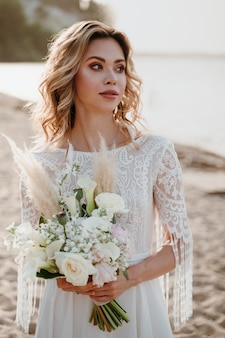 해변에서 결혼식을 올리는 아름다운 신부