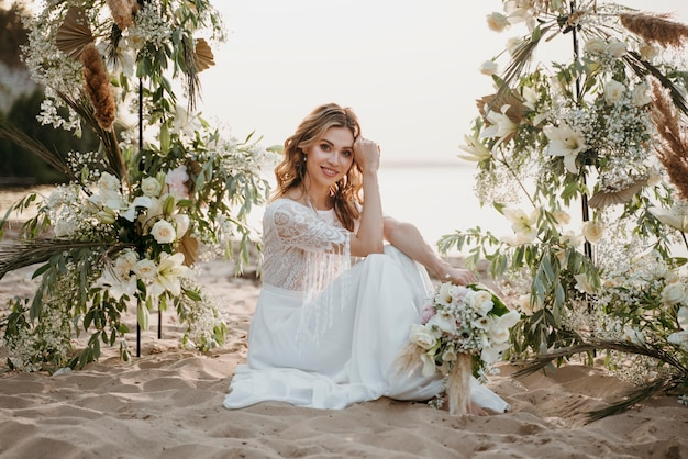 ビーチで彼女の結婚式を持っている美しい花嫁