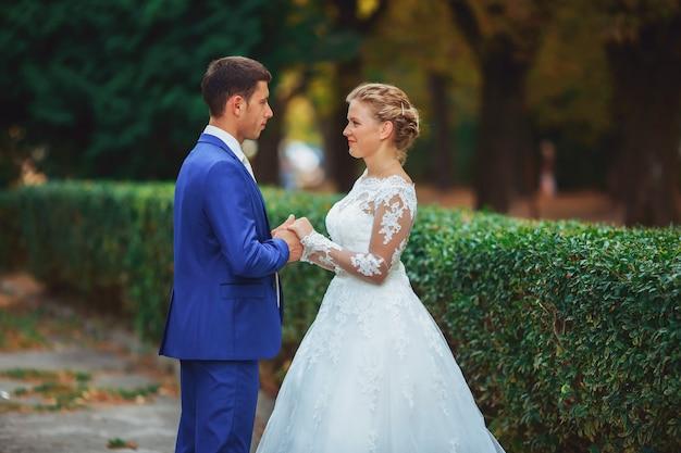 豪華なウェディングドレスの美しい花嫁とタキシードでスタイリッシュな花嫁