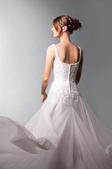豪華なウェディングドレスの美しい花嫁