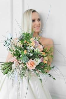 Красивая невеста в свадебном платье