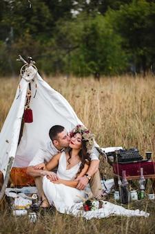 白いドレスと自然の花輪の美しい花嫁。花束。結婚式。フラワーズ