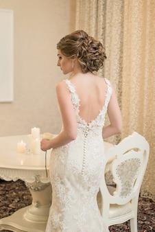 白いウェディングドレスの美しい花嫁