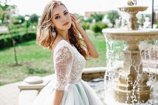 우아한 드레스를 입고 아름 다운 신부
