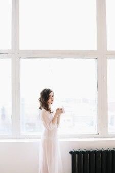 Красивая невеста в нижнем белье утренние свадебные посиделки портрет красивой брюнетки в помещении