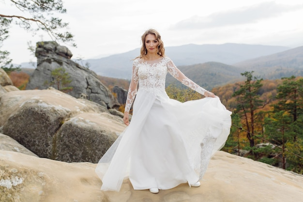 흰 드레스 포즈에 아름 다운 신부입니다.