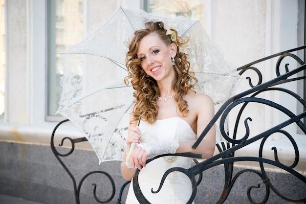 傘と白いドレスの美しい花嫁