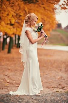 Красивая невеста в белом длинном платье