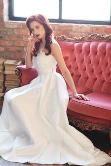 Красивая невеста в белом свадебном платье