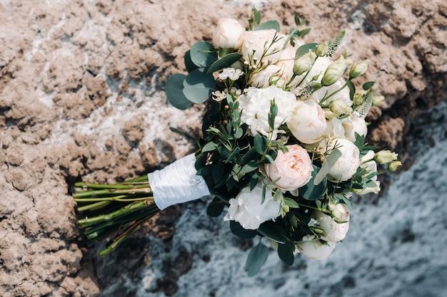 아름 다운 신부 결혼식 화려한 꽃다발을 들고있다